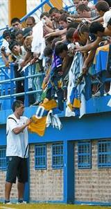 Riquelme firma camisetas a los hinchas del Boca en su primer entrenamiento.