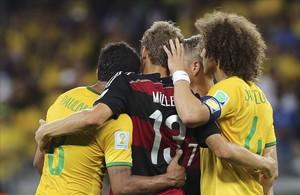 Müller, en el centro, consuela a los jugadores brasileños.