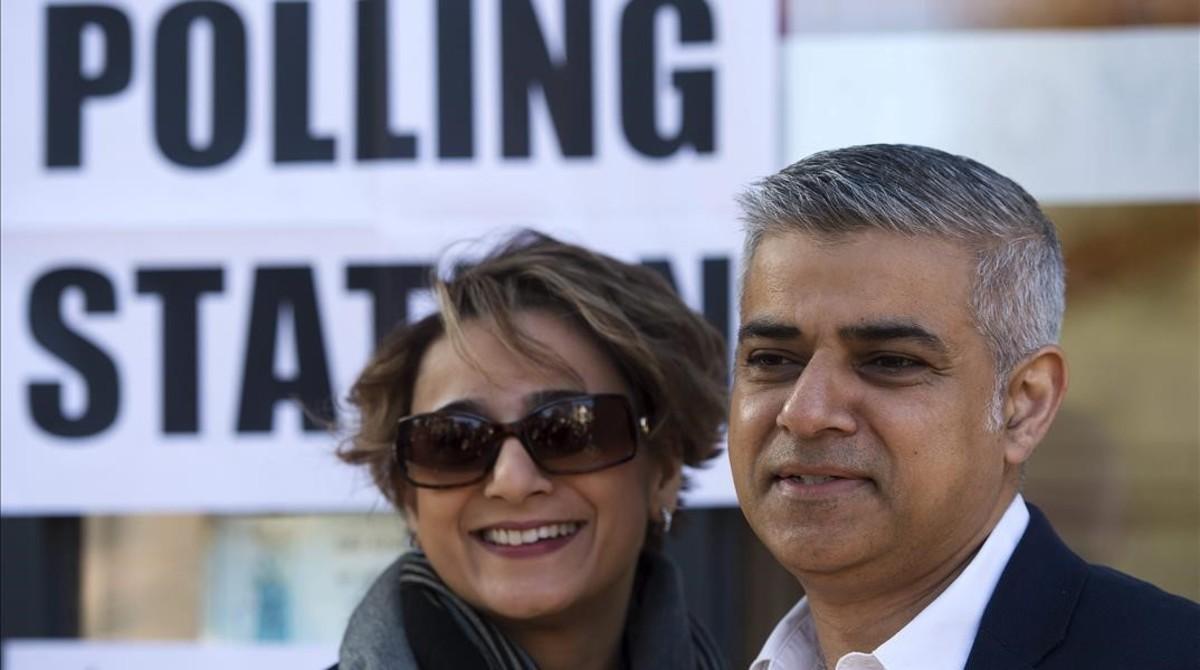 Sadiq Khan y su esposa, Saadiya Khan, a su llegada a un colegio electoral al sur de Londres, este jueves.