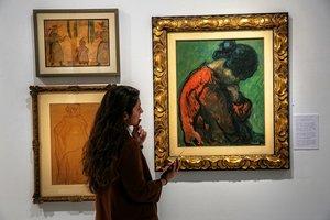 Una visitante observa un cuadro de la muestra París a Parés.