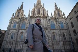 Salvador Trallero, delante de la catedral.