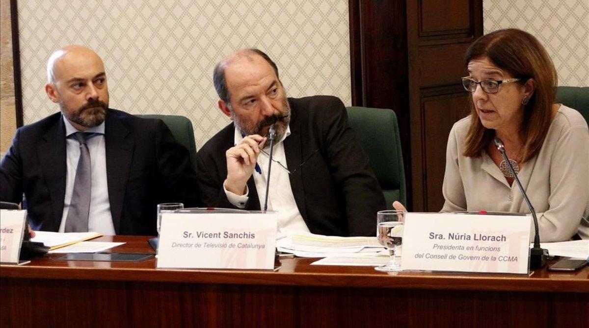 Saül Gordillo, director de Catalunya Ràdio; Vicent Sanchis, director de TVC,y Núria Llorach, presidenta en funciones de laCCMA, el viernes, 19,en la comisión de control de la corporación en el Parlament.