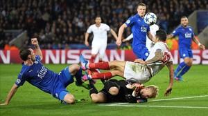 Schmeichel, en la jugada con Vitolo en la que el árbitro pitó penalti, en el Leicester-Sevilla del martes.