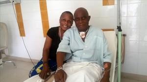 Sébastien, enfermo de cáncer, y su mujer en el hospital del Congo.