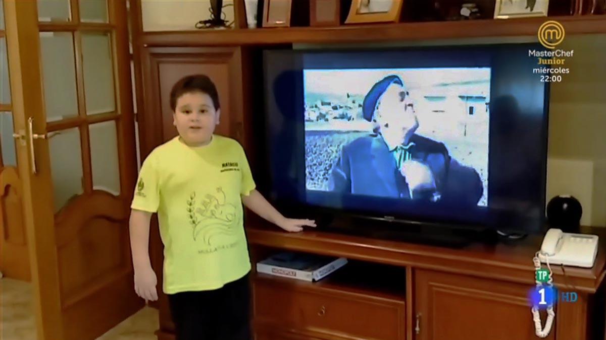 Albert ante la tele de su casa ('Masterchef').