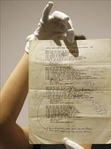 Un empleado de Sothebys muestra el manuscrito de A hard rains a-gonna fall de Bob Dylan.