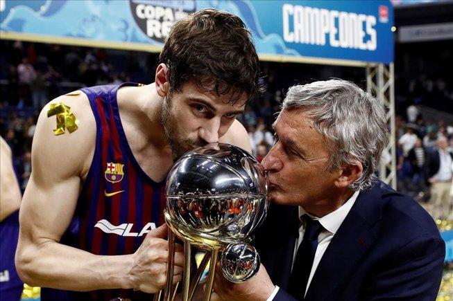 Svetislav Pesic besa la Copa del Rey junto al capitán Tomic tras la final