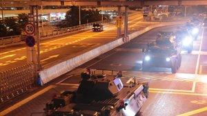 Tanques chinos atraviesan la frontera con Hong Kong, este jueves.