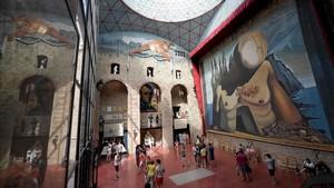 ElTeatre Museu Salvador Dalí de Figueres, visitado por los turistas, donde descansan los restos del pintor.