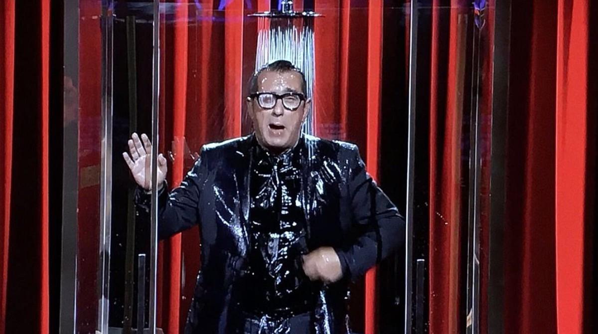 Andreu Buenafuente como 'showerman', o sea, un 'showman' que explica su monólogo bajo la ducha.