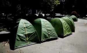 Tiendas de campaña de los 'sin techo' acampados en el Paseo del Prado.