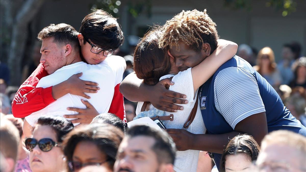 Asistentes a la vigilia por las víctimas del tiroteo en el instituto Marjory Stoneman Douglas en Florida