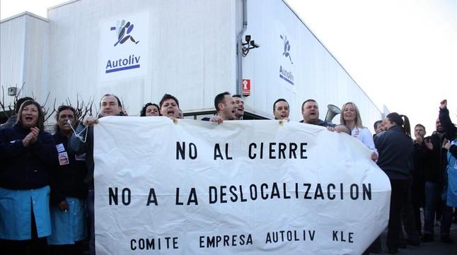 Trabajadores de Autoliv protestan contra el cierre de la planta de Granollers, el pasado 19 de octubre.