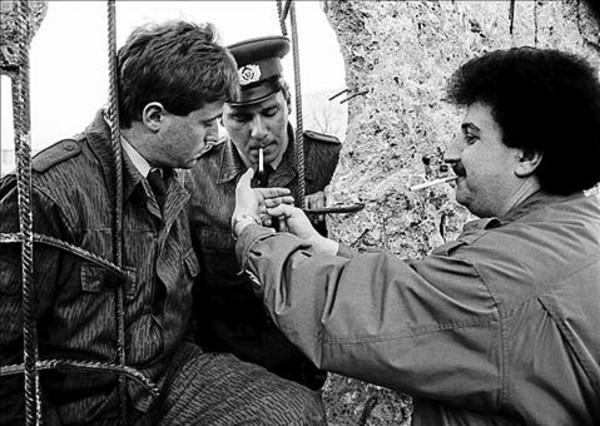 Tres hombres abren una brecha en el muro de Berlín, en 1990.