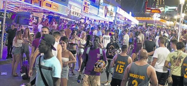 Turistas británicos recorren una transitada calle de Punta Ballena, en Magaluf, el pasado mes de julio.