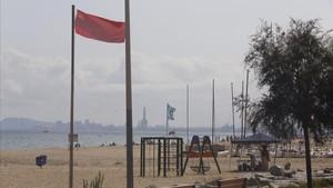 Una bandera roja en la playa del Masnou.