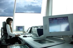 Una controladora aérea trabaja desde su mesa en la nueva torre de control del Aeropuerto de Sabadell
