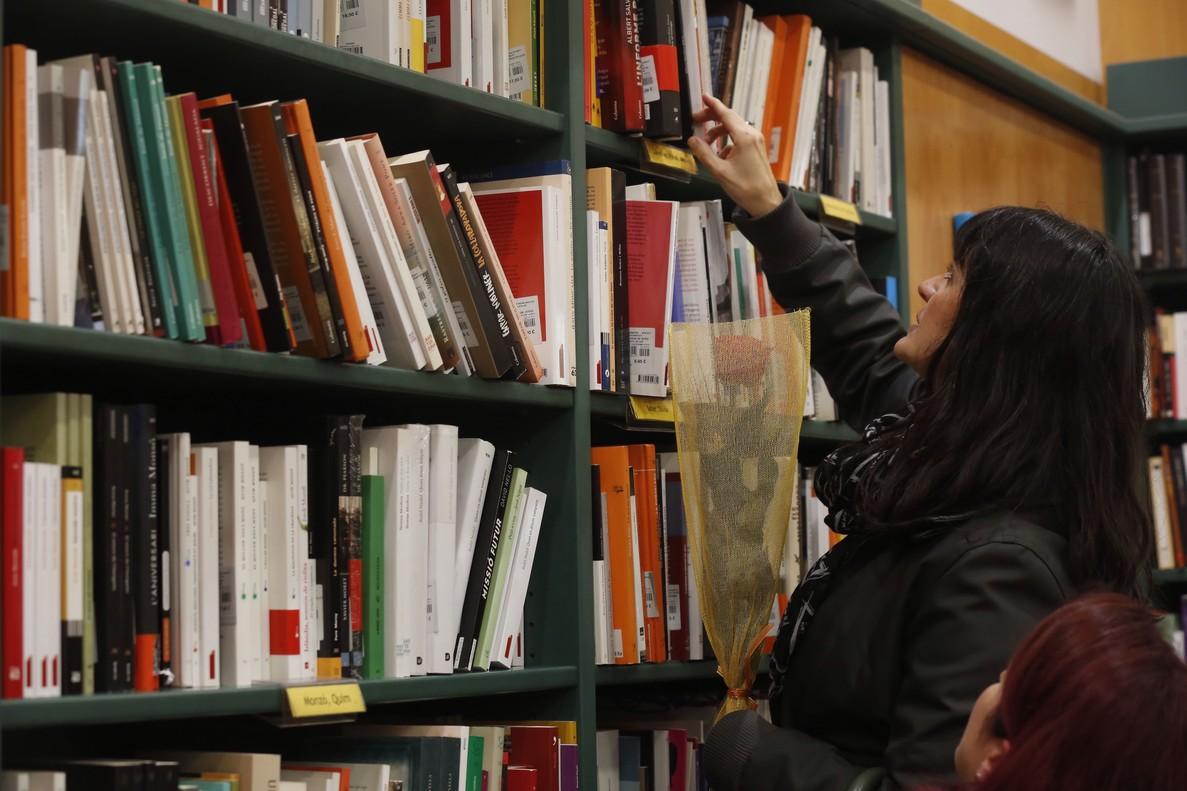 Una mujer busca libros en una librería de Barcelona en un día de Sant Jordi.