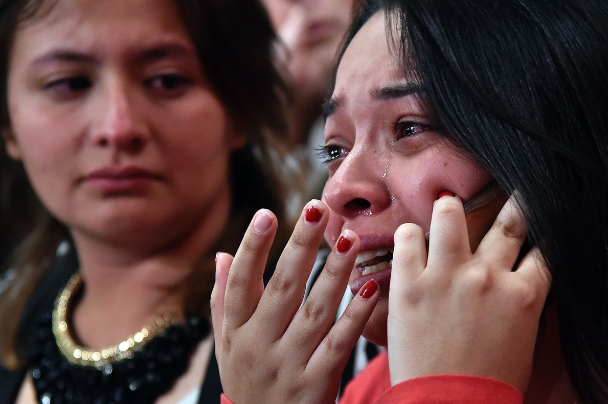 Una mujer llora al conocer el resultado del referéndum.