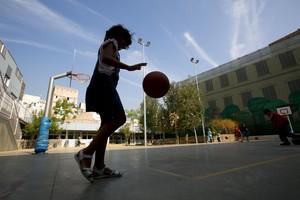 Una niña juega en el patio de un colegio de Barcelona.