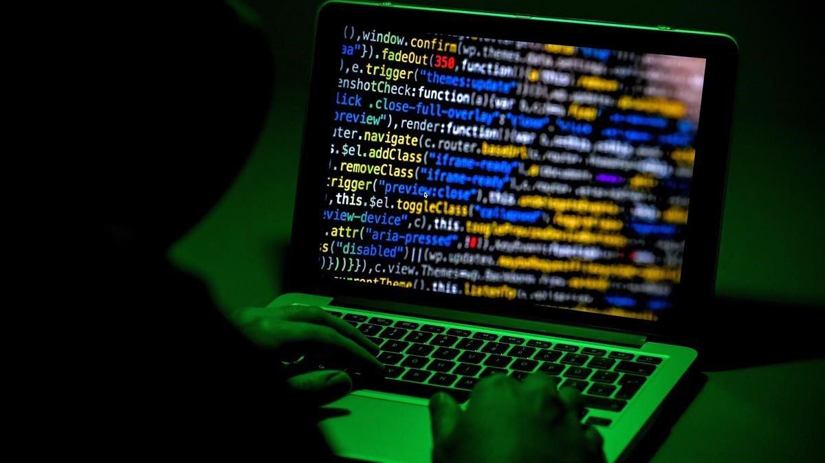 Una persona utiliza un ordenador portatil en Moers Alemania hoy 4 de enero de 2019 Un grupo de hackers todavia no identificados ha publicado en internet datos personales de numerosos politicos alemanes.