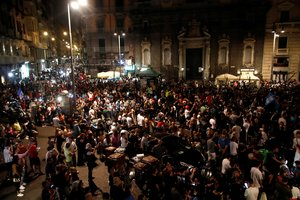 Una plaza de Nápoles, abarrotada de aficionados que celebran la victoria ante la Juve en la final de la Copa Italia, el miércoles.