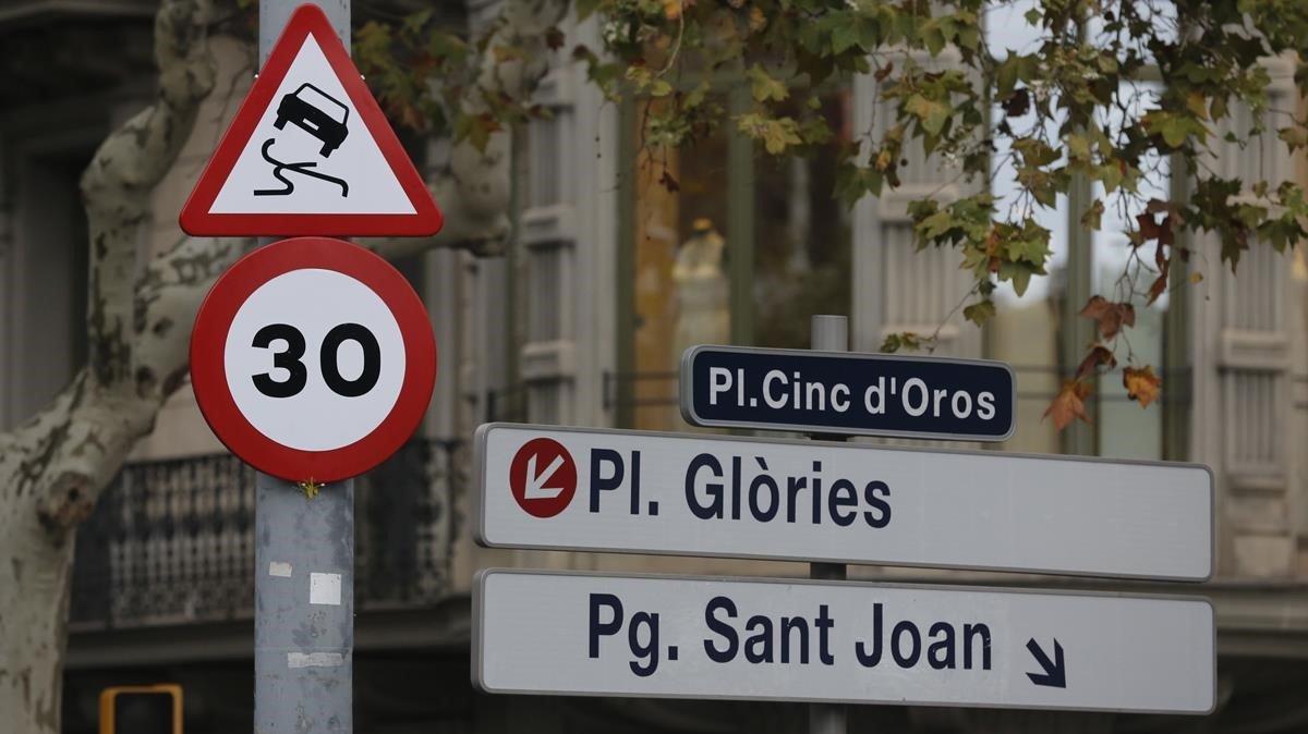 Una señal de tráfico muestra la limitación de velocidad a 30 km/h en Barcelona.