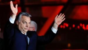 Orbán se dirige a sus simpatizantes tras su victoria electoral.