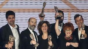 Varios de los premiados, tras la finalizacion de la gala de entrega de los VIII Premis Gaudí.