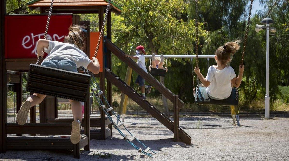 Varios niños juegan en un parque infantil deValència, donde ya no están precintados.