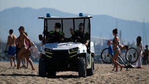 Un vehículo de la Guardia Urbana, patrullandoeste miércoles porla playa de la Barceloneta.