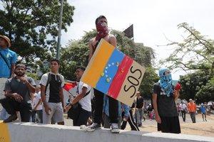 Opositores participan en una manifestacion en las calles de Caracas,Venezuela.