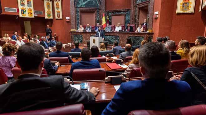 Vox vota 'no' en Murcia. En la foto, el candidato a la presidencia de la Comunidad de Murcia,Fernando López Miras, interviene en la segunda sesión del pleno de su investidura, en el Parlamento murciano en Cartagena.