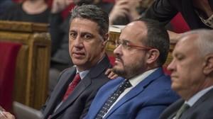 El líder del PPC, Xavier García Albiol, junto a los diputadosAlejandro Fernández y Santi Rodríguez, en el Parlament.