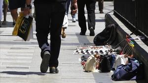Manteros en una calle de Madrid.
