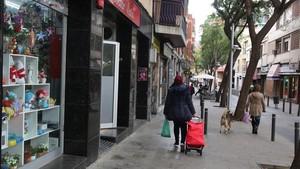 Calle de Sant Carles, en Santa Coloma de Gramenet, donde numerosos comercios admiten la moneda local, la grama, desde hace un año.