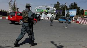Un policía afgano junto al aeropuerto de Kabul.