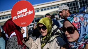 Una mujer participa en una manifestación en Estambul.