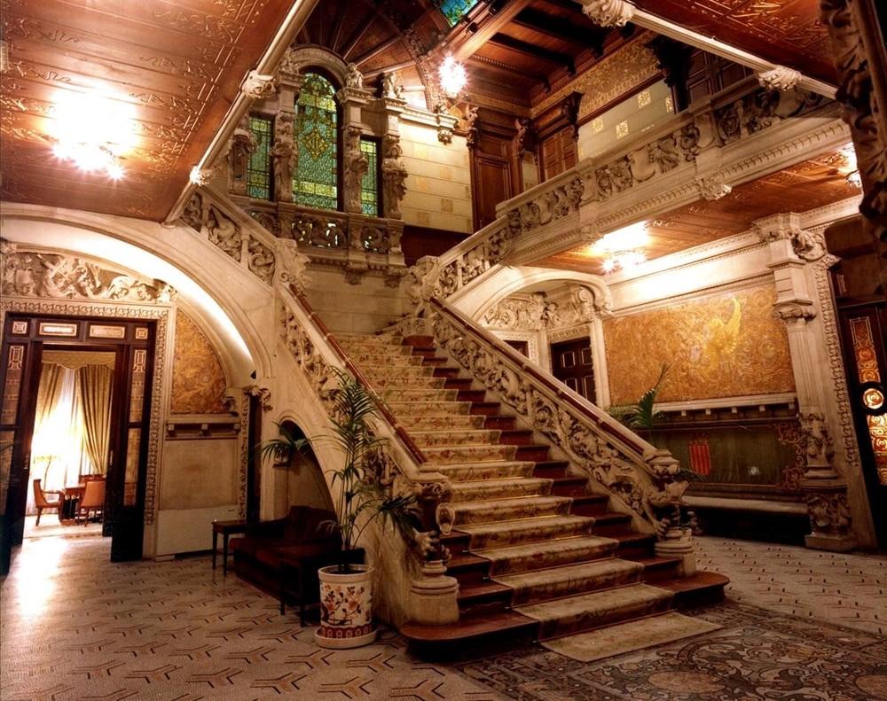 La monumental escalinata de entrada del vestíbulo del PalauMontaner, actual sede de la delegación del Gobierno.