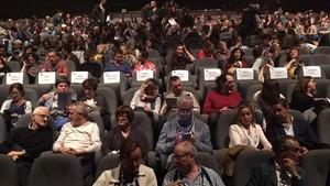 Butacas vacías con los nombres de 'exconsellers'de la Generalitat encarcelados. El Mercat de les Flors recordóasí su ausencia enel estreno de 'Dancing with frogs', de Sol Picó, el pasado jueves.