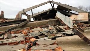 Les restes d'uralita dispersades pel tornado de l'Alt Empordà es retiraran de manera urgent
