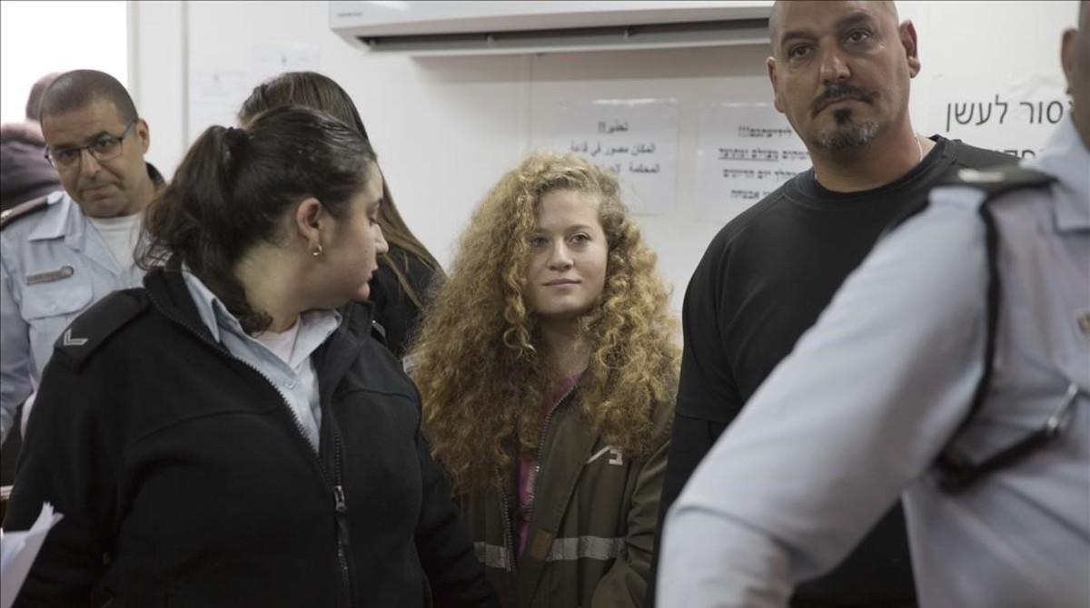 La joven Ahed Tamimi, a su llegada al tribunal.