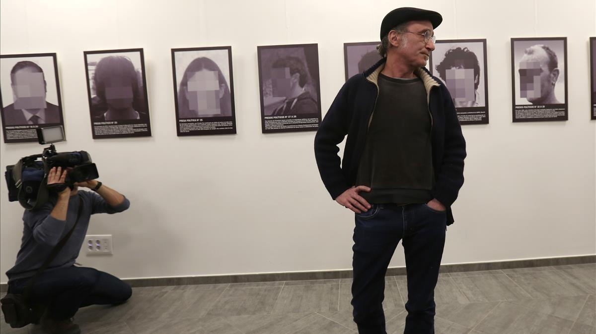 Santiago Sierra, junto a su instalación Presos políticos, la pieza que fue reirada de Arco la semana pasada y que el artista presentó ayer en la Fundación Estudios Libertarios Anselmo Lorenzo de Madrid.