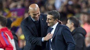 Zidane y Valverde se saludan en el Camp Nou.