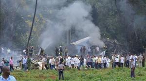 Servicios de emergencia en el avión siniestrado.