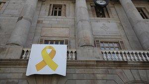 Ciutadans demana per escrit a Torra i a Colau que retirin llaços grocs o els portarà a la JEC