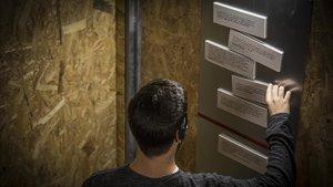 Una sala de la instalación 'Macho Man' propone al espectador adivinar qué sentencias judiciales son falsas.