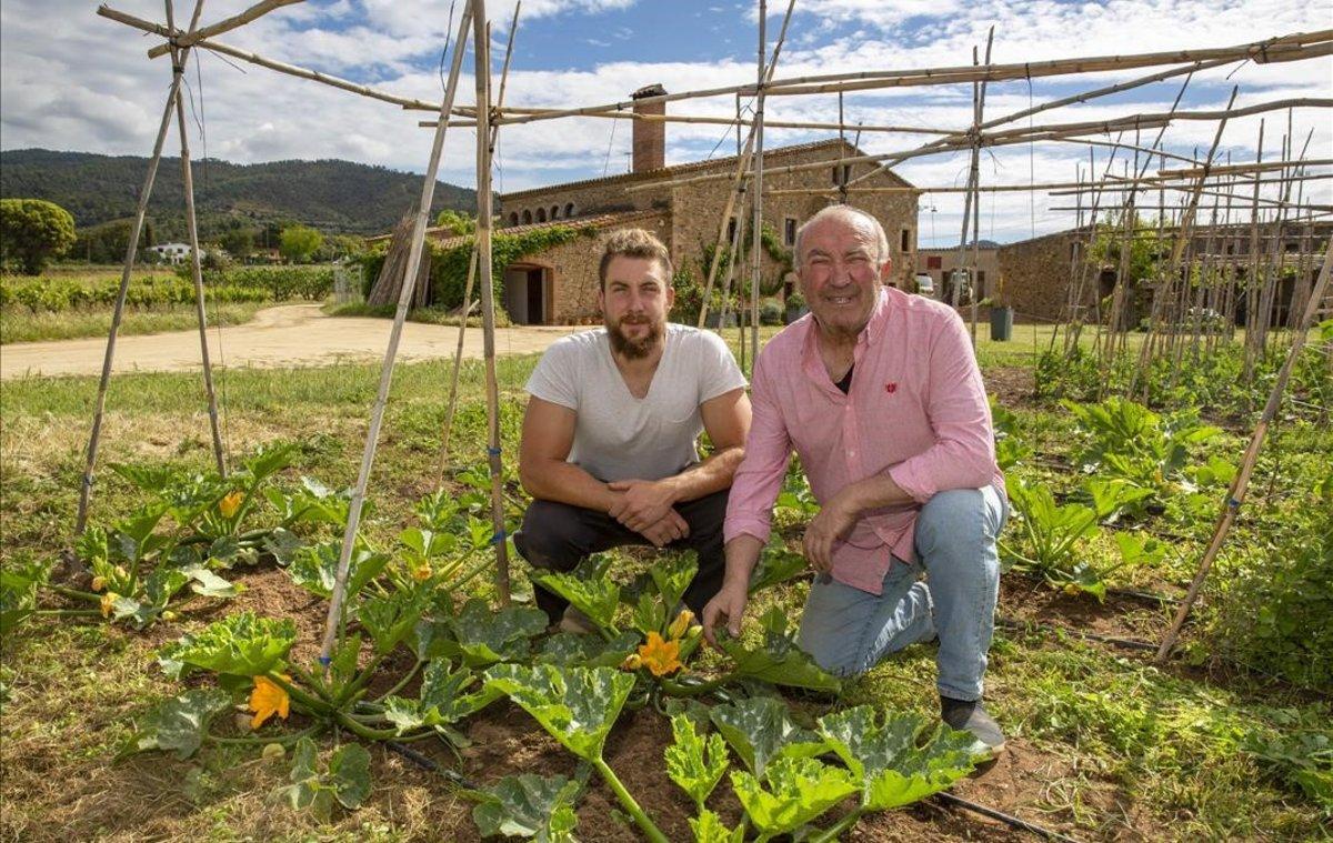 Manel Comas con su hijo Martí en la huerta del Mas Ponsjoan, en Calonge.