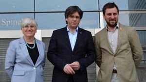 Clara Ponsatí, Carles Puigdemont y Toni Comín a las puertas de la Eurocambra, esta mañana.
