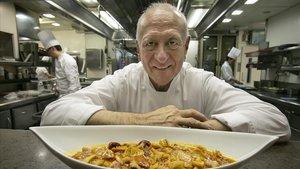 Carles Gaig posa en su restaurante con un 'cap i pota'.